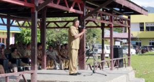 Wakil Bupati Boltim Drs. Rusdi Gumalangit saat Pimpin Apel Perdana Pasca libur panjang Natal dan Tahun Baru 2017