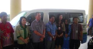 Bupati Boltim beserta Sekda dan kepala PPKB Prov sulut saat foto bersama setelah penyerahan kendis perlindungan anak & Perempuan