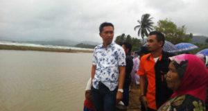 Pimdekab Bolmut Arman Lumoto, SPdi saat turun meninjau lokasi dua warga yang hanyut di arus laut kemarin