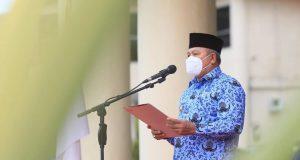 Wakil Bupati Kabupaten Bolaang Mongondow Utara, Drs. H. Amin Lasena, MAP, saat memimpin Apel Korpri.