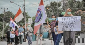 Potret Pengurus DPD KPN Bolmut saat menggelar aksi amal di depan SPBU Boroko