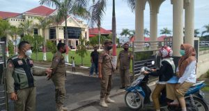 Gambar saat anggota Satpol-PP memeriksa warga yang masuk di Kantor Bupati Bolmut