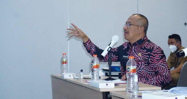 Sekretaris Daerah Bolmut, Dr. Drs. Asripan Nani, M.Si, saat melakukan presentasi di hadapan BNPP dan Kementerian PUPR