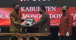 Bupati Bolmut bersama Ketua DPRD Bolmut saat menyerahkan berkas kepada BPK RI