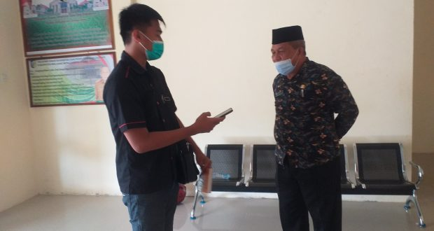 Kepala DKPD Bolmut, Muhidin Gumohung saat diwawancarai reporter LiputanBMR