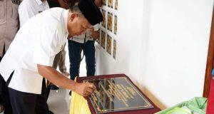 Bupati Drs. H. Depri Pontoh saat mersemikan Masjid Al-Hidayah