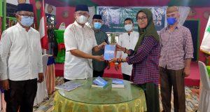 Sekretaris Daerah Bolmut, Dr. Drs. H. Asripan Nani, M.Si, bersama Alin Pangalima, penulis buku Memori KPMIBU
