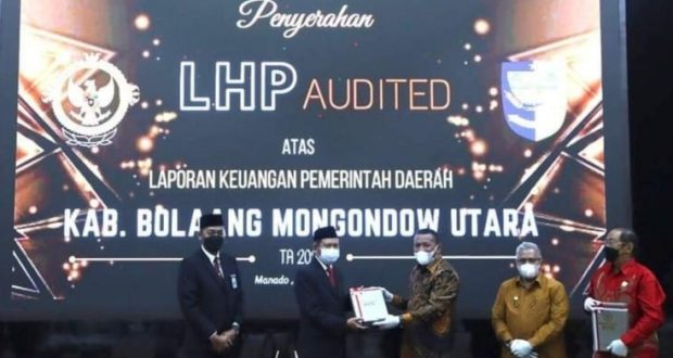Pemda Bolmut saat menerima LHP atas Laproan Keuangan dari BPK RI