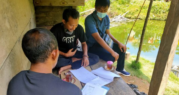 Auri Kakunsi saat membeberkan data terkait penyelewengan upah pembuatan jamban Desa Komus II