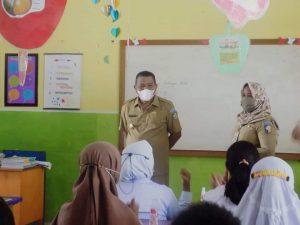 Bupati Bolmut saat berbicara didepan siswa-siswi Sekolah Dasar