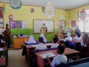 Bupati Bolmut bersama Kepala Dikbud dan Kepala Kesbangpol saat berdiri didepan siswa-siswi SD