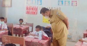 Bupati Bolmut, Drs. H. Depri Pontoh saat memantau langsung pembelajaran tatap muka di sekolah