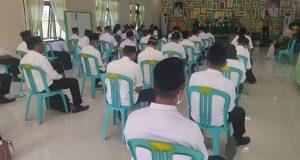 Para Bakal Calon Kepala Desa di Kecamatan Kaidipang saat mengikuti tes tertulis